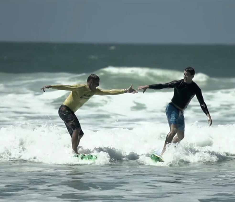Klebber Toledo surfa usando prancha feitas de garrafas pets (Foto: Reprodução/Tv Globo)