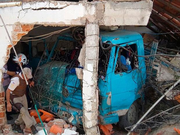 Acidente deixou duas pessoas mortas em Praia Grande, subúrbio de Salvador, Bahia (Foto: Polícia Militar / Divulgação)