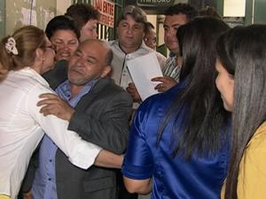 Familiares aguardavam vereadores na penitenciária (Foto: Reprodução / TV Asa Branca)