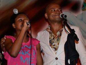 Com uma das filhas, com quem costuma cantar (Foto: Arquivo pessoal)