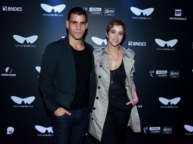 Juliano Cazarré e a mulher, Letícia Cazarré, em pré-estreia de filme na Zona Sul do Rio (Foto: Marcello Sá Barretto/ Ag. News)