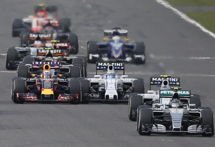 Daniel Ricciardo e Felipe Massa se tocam na largada do GP do Japão (Foto: Reuters)
