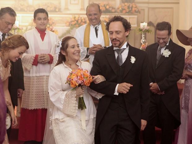A noiva adaptou a roupa do coroinha para casar (Foto: Lado a Lado/TV Globo)