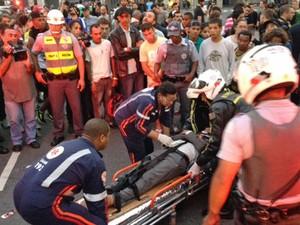 Ao menos três pessoas foram atropeladas na região da Praça da Sé e precisaram de atendimento durante protesto em São Paulo. (Foto: Paulo Toledo Piza/G1)