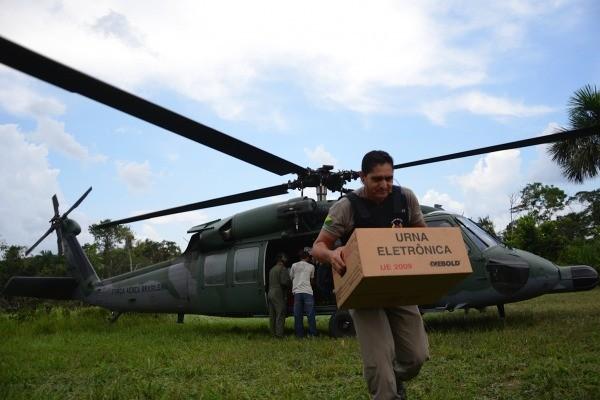Urnas chegam até a fronteira do Peru por meio de helicóptero (Foto: João Evangelista Souza)