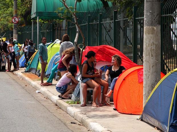 Fãs de Justin Bieber acampam ao lado do Anhembi, em São Paulo (Foto: Renato Ribeiro Silva/Futura Press/Estadão Conteúdo)