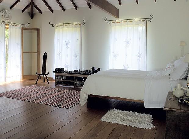 No quarto do casal, os móveis, incluindo a sapateira – um tipo de rack de madeira –, acompanham os moradores desde a primeira casa. Projeto do arquiteto Alexandre Sodré (Foto: Ana Paula Carvalho/Casa e Jardim)
