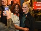 Carolina Dieckmann e mais famosos prestigiam estreia de peça no Rio