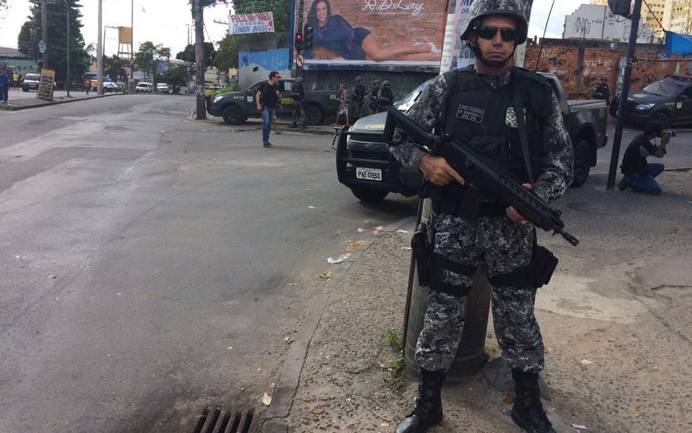 Agentes fazem cinturão de segurança no complexo do Chapadão (Foto: Alba Valéria Mendonça / G1)
