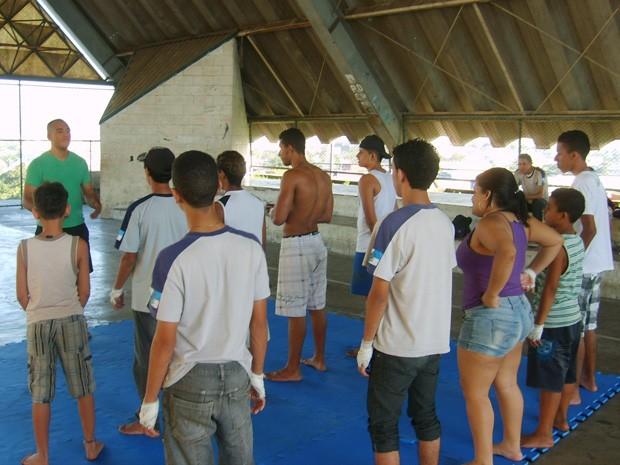 Aula de box chinês são ministradas perto da UPP Nova Brasília (Foto: Janaína Carvalho)