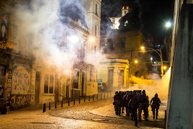'O comércio foi obrigado a fechar as portas por conta da truculência e bombas de gás lacrimogêneo atiradas dentro e fora dos bares', comenta o leitor Stefano Figalo sobre os protestos de 20/6, no Rio (Foto: Stefano Figalo/VC no G1 )