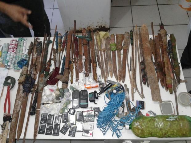 Armas são encontradas dentro das celas da Casa de Custódia (Foto: Divulgação/Simpoljuspi)