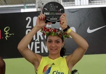 Foto (Foto: Andréia Aparecida Hessel com o trofeu dos 5km)