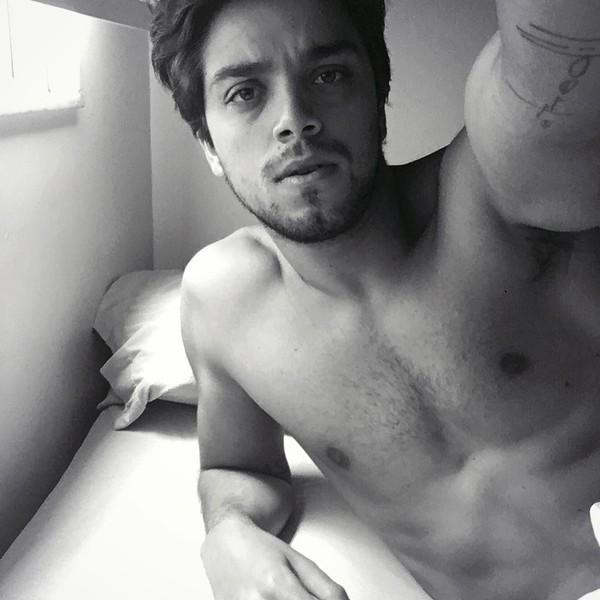 Rodrigo Simas posta foto sem camisa e deixa fãs enlouquecidas na web