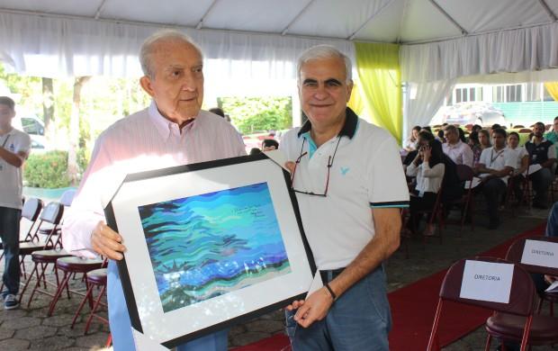Jacques Menassa presenteia Phelippe Daou com quadro (Foto: Katiúscia Monteiro/ Rede Amazônica)