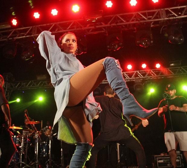 Anitta durante o show (Foto: AgNews/Wallace Barbosa)
