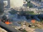 Bombeiros controlam incêndio em terreno baldio em avenida de Cuiabá