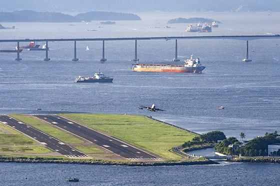 A Baía de Guanabara é palco de um complexo movimento de transporte aéreo, marítimo e rodoviário. Na foto, pistas do aeroporto Santos Dumont e, ao fundo, a Ponte Rio-Niterói  (Foto: © Haroldo Castro/ÉPOCA)