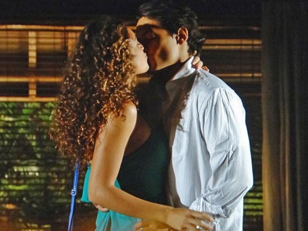 Hélio tasca um beijão em Taís (Foto: Flor do Caribe / TV Globo)