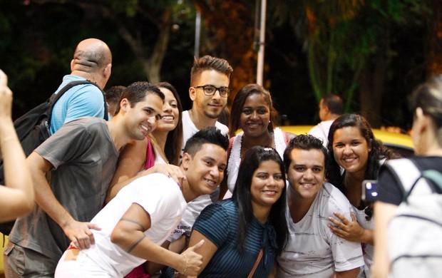 Junior Lima com fãs em aeroporto no Rio (Foto: Alice Silva/ Ag. News)