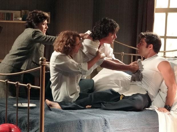 Perácio perde a cabeça e quase arranca Xande da cama (Foto: Sangue Bom / TV Globo)