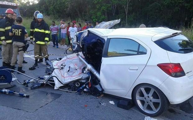 Outro veículo não pegou fogo, mas ficou parcialmente destruído (Foto: Ascom/PRF)
