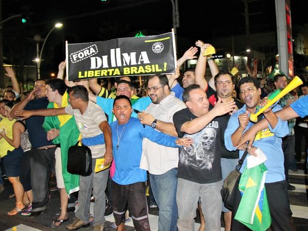 Protesto contra a presidente Dilma e Lula congestionou uma das vias na Avenida Djalma Batista (Foto: Gabriel Machado/G1 AM)