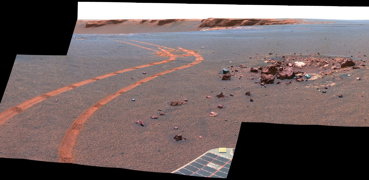 Fotografia mostrando a trilha deixada pelo veículo Opportunity no solo de Marte (Foto: Divulgação/Nasa)