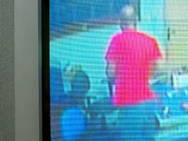 Câmeras flagram momento em que suspeito furta associação em Poços de Caldas (Foto: Reprodução EPTV)