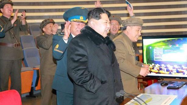 Segundo a imprensa oficial, o líder Kim Jong-un comemorou o lançamento  (Foto: Reuters)
