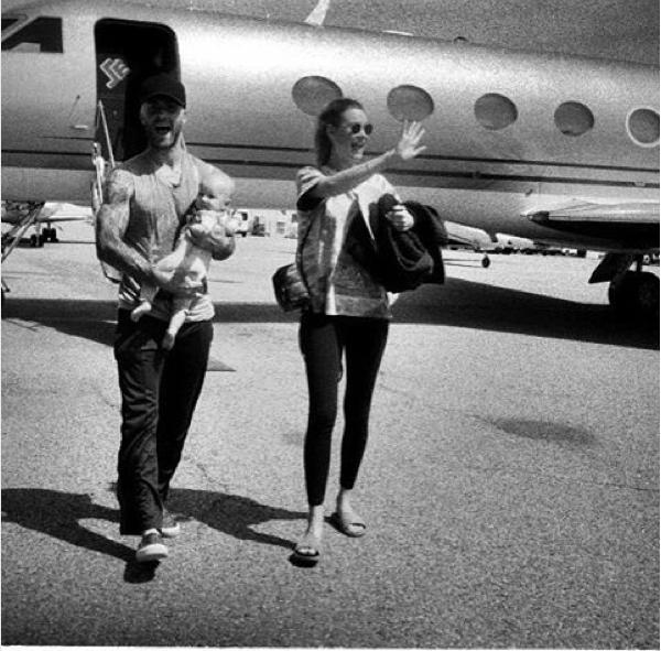 O músico Adam Levine, a modelo Behati Prinsloo e a filha dos dois (Foto: Instagram)