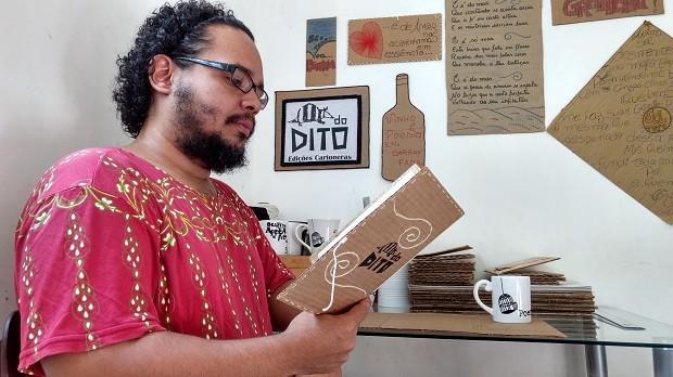 "Arthur e a esposa fundaram o selo independente ""TATUdo Dito Cartoneira"" (Foto: Derek Gustavo/G1)"