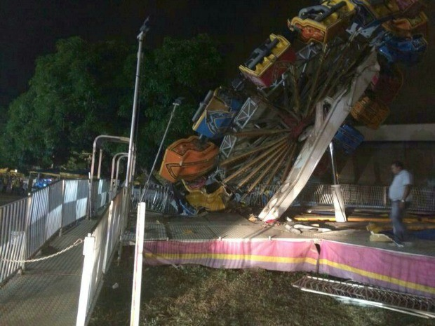 Roda gigante de cerca de 20 metros tombou enquanto estava em operação (Foto: Jorge Talmon/TV Verdes Mares)