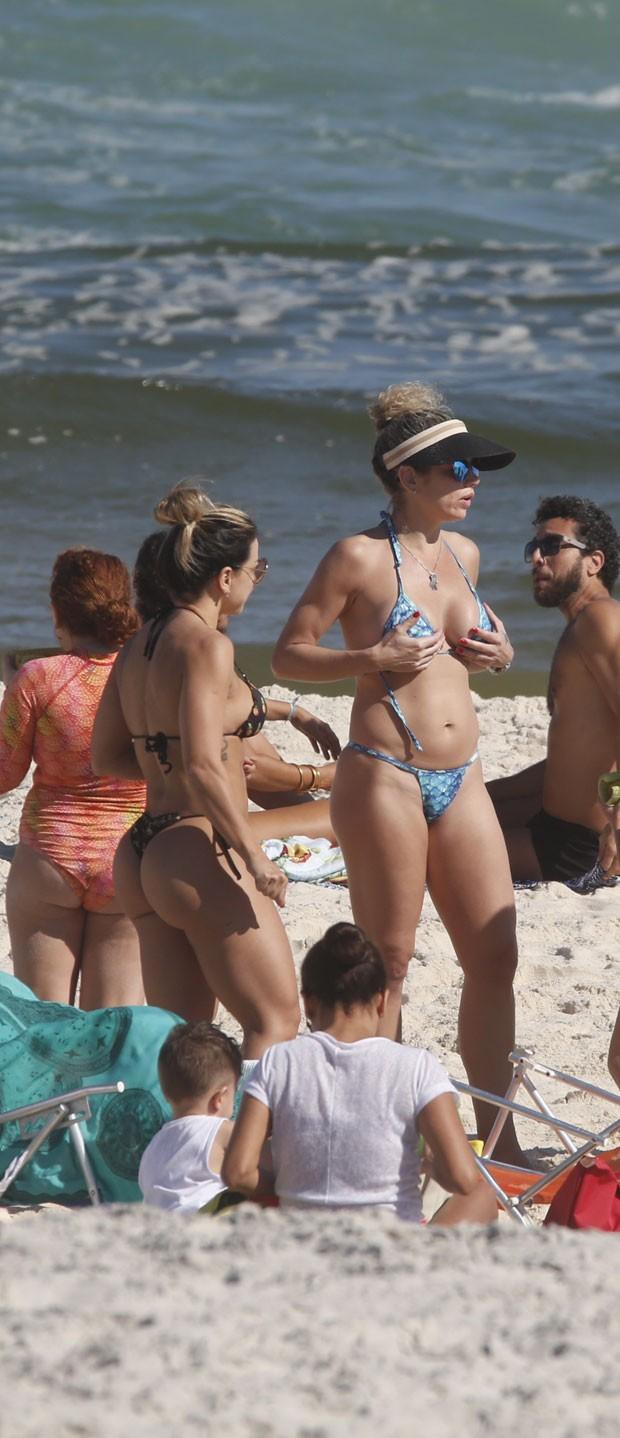 Cátia com amigos na praia (Foto: AgNews )