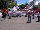 Professores da rede municipal em greve fazem passeata no Centro