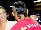 Joana Prado aprova novo corte exótico no cabelo de Vítor Belfort