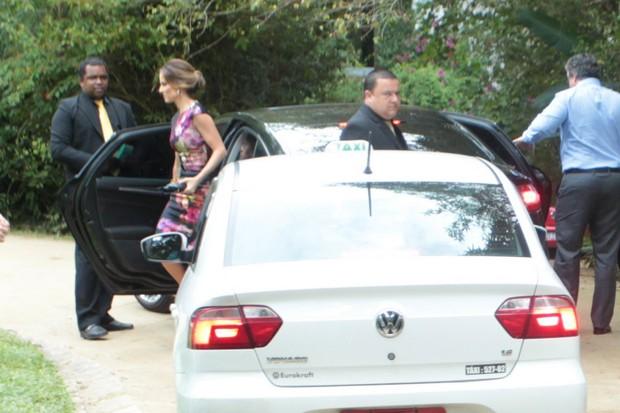 Ana Furtado e Boninho chegam para o casamento de Pedro Bial (Foto: Marcello Sá Barreto / AgNews)
