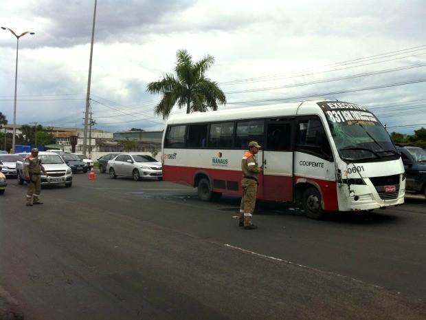 Micro-ônibus ficou no meio da pista da Avenida Torquato Tapajós após acidente em Manaus (Foto: Tiago Melo/G1 AM)