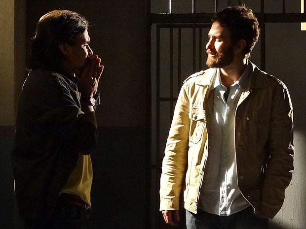 Pedro e Rodrigo lamentam a chance perdida (Foto: Amor Eterno Amor/TV Globo)
