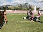 Patrícia Jordane e Carol Abranches posam para o Paparazzo em clima de Copa. Veja bastidores