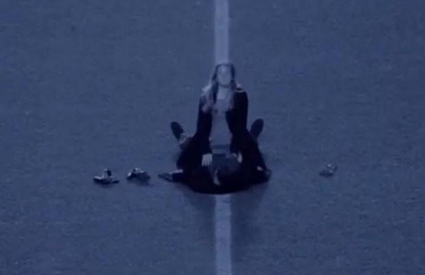 Casal foi filmado mantendo relações sexuais no meio do campo do estádio do Charlton Athletic (Foto: Reprodução/Vimeo/Showboat Vines)