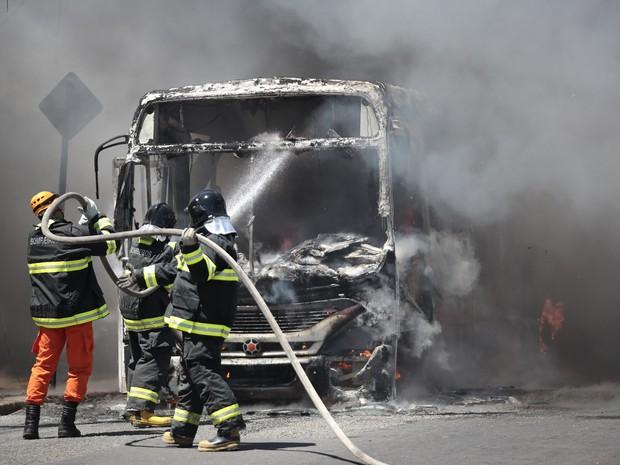 Equipe do Corpo de Bombeiros trabalham para apagar as chamas  (Foto: Jonathan Lins/G1)