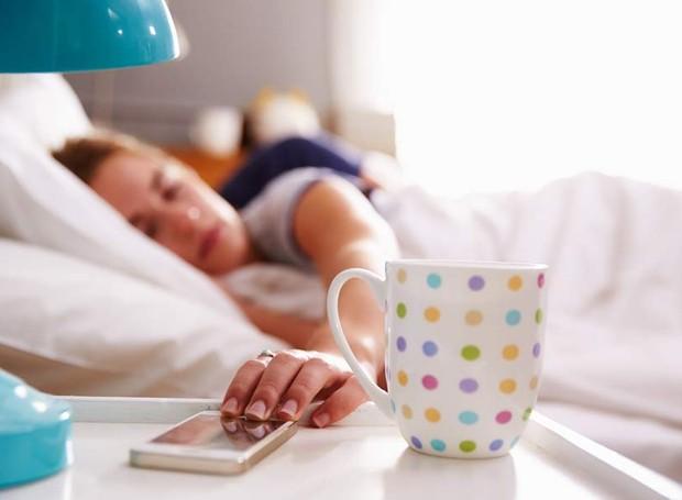 celular-cama-dormir-xicara (Foto: Thinkstock)