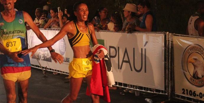 Primeira colocada da prova de 10 Km do GP Teresina Corrida de Rua (Foto: Emanuele Madeira/GLOBOESPORTE.COM)