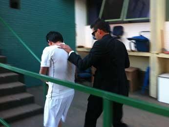 Suspeito de operar esquema de jogo ilegal em Brasília e de ligação com o bicheiro Carlinhos Cachoeira chega na Divisão Especial de Combate ao Crime Especializado (Foto: Felipe Néri/G1)