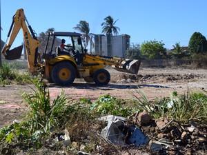 Mesmo com limpeza no terreno do Hospital, ainda há lixo na área (Foto: Pedro Mesquita/G1)