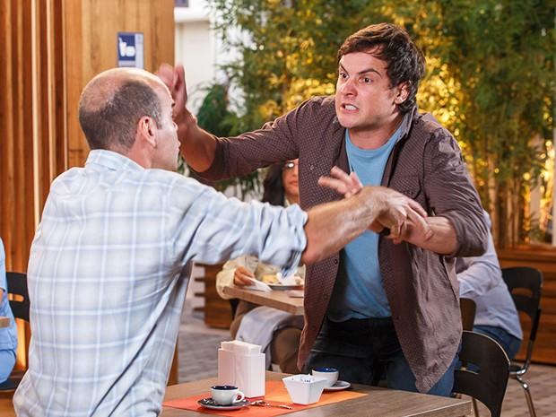 Caíque se estressa com Castilho e Fernando tenta controlar a situação (Foto: Artur Meninea/Gshow)