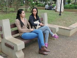 Rhayane de Almeida e Suelen Garcia afirmam que Temer na presidência não mudará nada (Foto: Caio Gomes Silveira/G1)