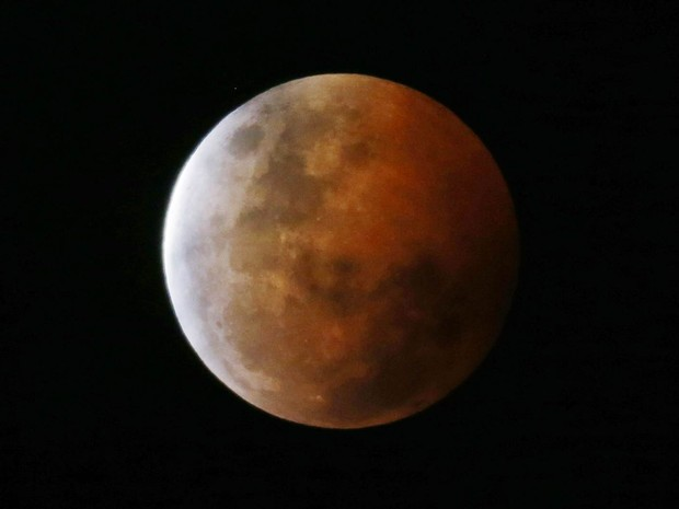'Lua de sangue' é vista de Gosford, no norte de Sidney, na Austrália (Foto: Jason Reed/Reuters)
