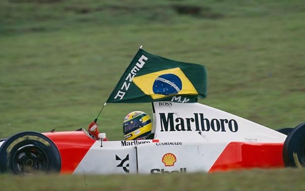 Ayrton Senna comemora vitória no GP do Brasil de 1993 (Foto: Norio Koike/IAS)